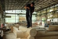 Bohren der Kanäle für die Leerrohre beim Abbau des Hauses in der Halle