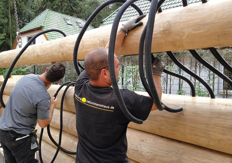 Leerrohre werden beim Aufbau des Hauses in die Stammlagen eingeführt
