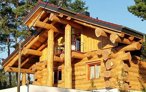 Naturstammhaus im modernen Stil