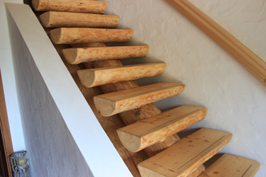 Treppe aus halben Stämmen